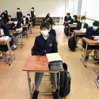 各教室で、放送により行われた始業式。生徒たちは事前に教職員が消毒して間隔が取られた席に着席し、スピーカーから流れる校長の話に耳を傾けた=京都市中京区で2020年4月6日午前9時45分、川平愛撮影