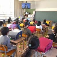 教室のテレビで始業式の校長の話を聞く児童たち=福岡県春日市の春日原小で2020年4月6日午前9時12分、徳野仁子撮影