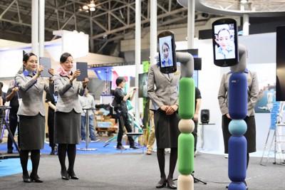 利用者(写真左奥)の分身として動かせるロボット=本文とは関係ありません