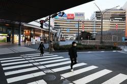 新型コロナウイルス感染拡大防止のため「外出自粛」となり閑散とする街なか=東京都新宿区で2020年4月5日、玉城達郎撮影