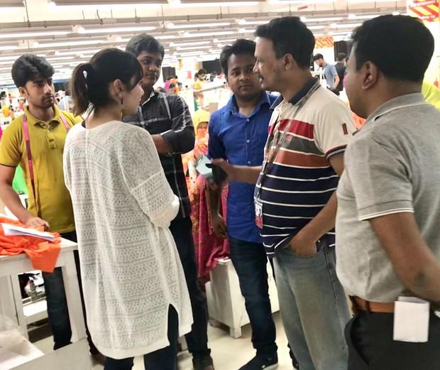 バングラデシュの工場にて、設備や労働条件についてインタビュー(2018年4月筆者撮影)
