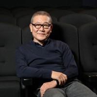 ホーズをとる俳優の國村隼さん=大阪市北区で2020年3月25日、菱田諭士撮影
