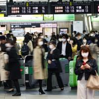帰宅時間帯、鉄道利用者で混み合う駅=東京都新宿区で2020年4月6日午後6時12分、吉田航太撮影