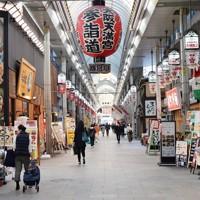新型コロナウイルス感染拡大の影響で人通りが少ない天神橋筋商店街=大阪市北区で2020年4月7日午後3時36分、北村隆夫撮影