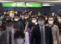 緊急事態宣言の発令が決まってから一夜明けた新宿駅。改札付近は今も多くの人が行き交う=東京都新宿区で2020年4月7日午前7時37分、滝川大貴撮影