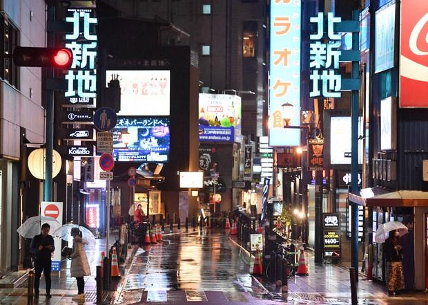 新年度になったが新型コロナウイルスの影響で閑散としている大阪・北新地=大阪市北区で2020年4月1日午後8時40分、木葉健二撮影
