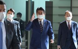 首相官邸に入る安倍晋三首相(右から2人目)=2020年4月7日、竹内幹撮影