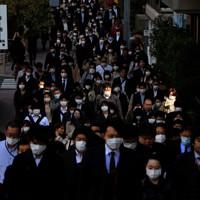 「緊急事態宣言」発令後、初めての朝。勝どき駅周辺では、いつものように通勤する大勢の人たちの姿があった=東京都中央区で2020年4月8日午前8時28分、梅村直承撮影