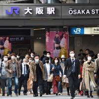 緊急事態宣言発令から一夜明け、マスクを付けて出勤する人たち=大阪市北区で2020年4月8日午前8時19分、山崎一輝撮影