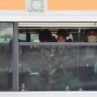 緊急事態宣言が出されて初めての日の朝、換気のため窓が開いた電車で通勤する人たち=東京都中野区で2020年4月8日午前7時49分、大西岳彦撮影