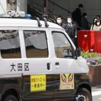 「外出」を控えるよう呼びかける車両(左)が巡回していたJR大森駅前=東京都大田区で2020年4月8日午前9時40分、尾籠章裕撮影