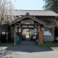 熊本地震から間もなく4年。南阿蘇鉄道長陽駅は今も不通区間だが、桜の名所として親しまれている=熊本県南阿蘇村で2020年4月7日、津村豊和撮影