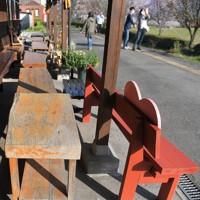 長陽駅のホームにはベンチが置かれ、訪れた人の憩いの場となっている=熊本県南阿蘇村で2020年4月7日、津村豊和撮影