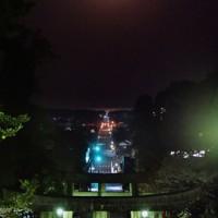 宮地嶽神社の参道の上で輝く満月=福岡県福津市の宮地嶽神社で2020年4月8日午前5時、須賀川理撮影