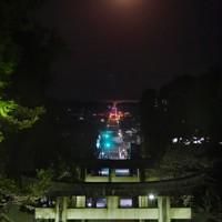 宮地嶽神社の参道の上で輝く満月=福岡県福津市の宮地嶽神社で2020年4月8日午前5時4分、須賀川理撮影