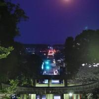 宮地嶽神社の参道の上で輝く満月=福岡県福津市の宮地嶽神社で2020年4月8日午前5時20分、須賀川理撮影