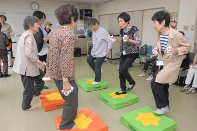認知症の予防を目指して運動する人たち