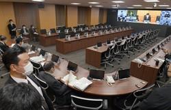 テレビ会議をする西村康稔経済再生相と7知事=内閣府で2020年4月8日、竹内幹撮影