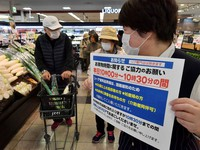 Elderlies and others shop at a store in Kobe's Higashinada Ward, one of the 99 shops of Consumers Co-operative Kobe, which are limiting its entry to vulnerable people for the first 30 minutes of their business hours, on April 8, 2020. (Mainichi/Yoshiyuki Hirakawa)