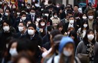 People are seen wearing masks amid the spread of the novel coronavirus, in Tokyo's Shinjuku Ward on March 30, 2020. (Mainichi/Shinnosuke Kyan)