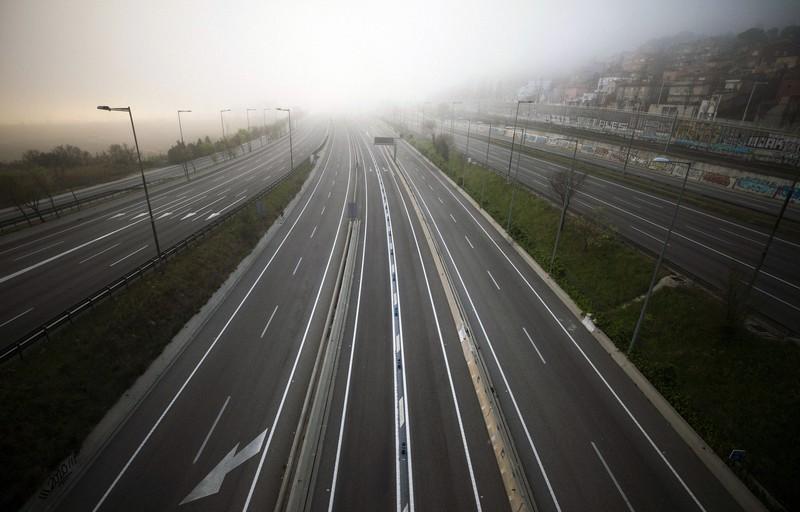 新型コロナウイルスの感染拡大が深刻なスペインの高速道路。人の移動が止まった影響で、各地で温室効果ガスと大気汚染物質の排出量が大きく減っている=3月15日、AP