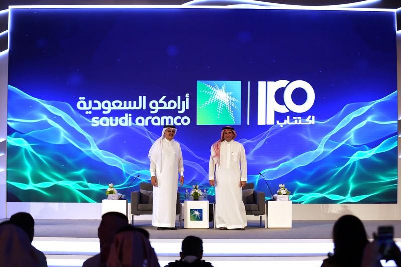 これほどの原油価格下落は想定していなかった?(上場前に記者会見をするサウジアラムコのアミン・ナセルCEO=左=)2019年11月(Bloomberg)