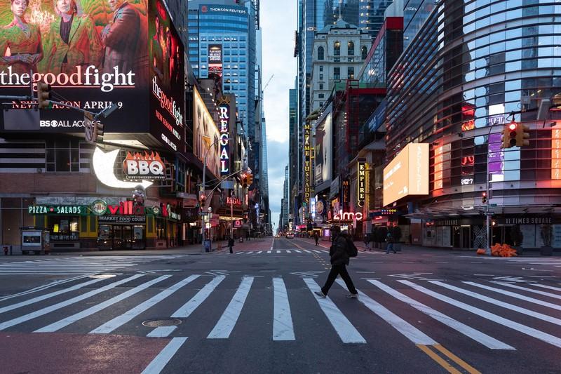 通行人もまばらな米ニューヨークの繁華街タイムズスクエア(Bloomberg)