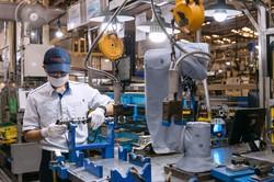 自動車生産は需要急減に直面する(トヨタ自動車のインドネシア子会社エンジン工場)(Bloomberg)