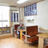 列車の車内を模した観光案内所「ハートフルステーションくによし」=千葉県いすみ市で