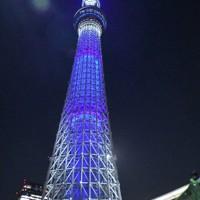 地球をイメージした青色に染まる東京スカイツリー=東京都墨田区押上1で、2020年4月7日午後7時55分、川村咲平撮影