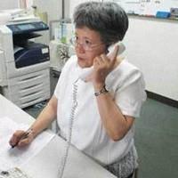 精神科病院での処遇について電話相談を受ける大阪精神医療人権センターのスタッフ=同センター提供
