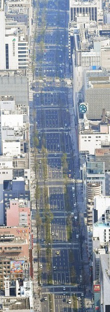 Midosuji boulevard in Osaka's Chuo Ward is seen nearly devoid of cars on April 8, 2020, a day after Prime Minister Shinzo Abe declared a state of emergency over the novel coronavirus pandemic. (Mainichi/Naohiro Yamada)