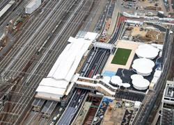 今年3月に開業した高輪ゲートウェイ駅(東京・港区)。奥は品川駅。このあたりが明治時代までの海岸線だった