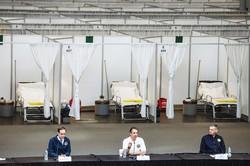 設置された臨時病院。クオモ知事(手前中央)は医療現場崩壊に危機感を示した (Bloomberg)