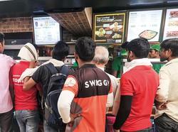 外食店では急成長する宅配事業の宅配員が列を作る NNA撮影