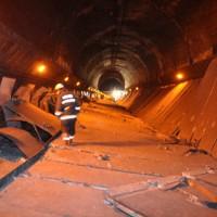 事故翌日に撮影された笹子トンネル内の崩落現場=山梨県大月市消防本部提供