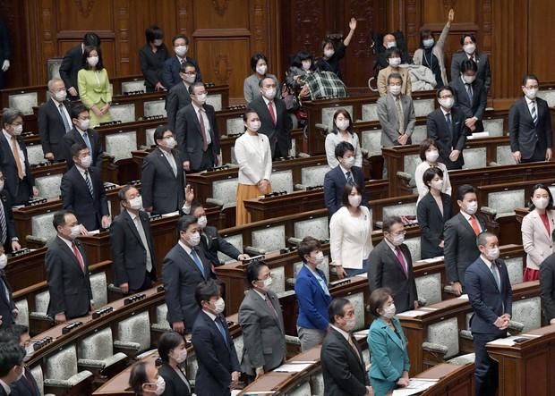 国会、感染防止策取り再開 閣議持ち回り 官邸で検温 - 毎日新聞