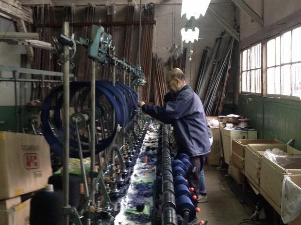 日本の服づくりに触れるため、岐阜の繊維工場へ=2018年8月、筆者撮影