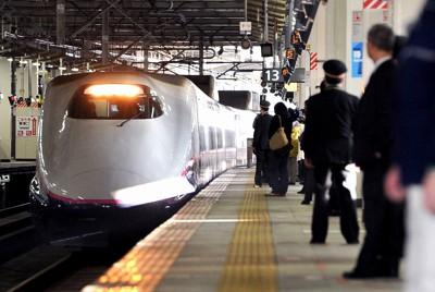 東北新幹線の仙台と福島間が再開し、ホームに到着する東京行きやまびこ304号=JR仙台駅で2011年4月25日午前5時56分、久保玲撮影