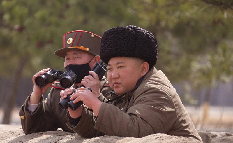 朝鮮人民軍前線長距離砲兵区分隊の砲撃訓練を指導する金正恩朝鮮労働党委員長=2020年3月9日(朝鮮中央通信=朝鮮通信)