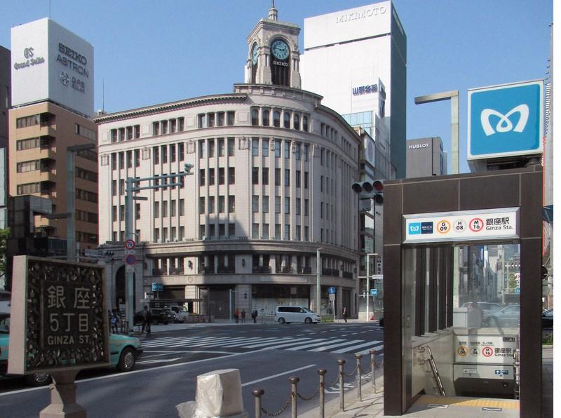 「緊急事態宣言」発令を受け、人通りが少なくなった銀座4丁目交差点=東京都中央区で2020年4月8日午後、中村琢磨撮影