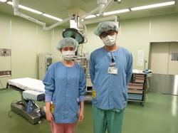 手術室で働く陳美彤さん(左)と趙成程さん。2人とも中国出身で日本の大学院でも看護を学びたいという=埼玉医科大国際医療センターで2018年2月、石山絵歩撮影