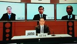 新型コロナウイルスへの対応について、ウェブ上で会見する日本自動車工業会の豊田章男会長(手前中央)=東京都内で2020年4月10日、松岡大地撮影