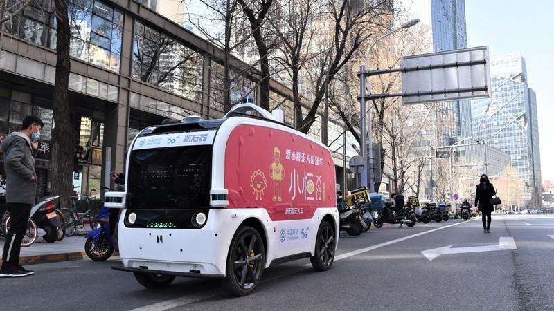 中国・北京市内のビジネス街を走行するギョーザチェーン店の自動配送車=同市内で2020年3月20日、赤間清広撮影