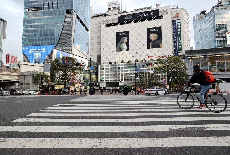 政府の緊急事態宣言を受け、若者らの姿が減った渋谷駅前のスクランブル交差点=東京都渋谷区で2020年4月11日、幾島健太郎撮影