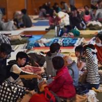 1回目の最大震度7を観測した熊本地震の前震翌日、熊本県益城町の避難所で過ごす住民ら=同町で2016年4月15日、須賀川理撮影