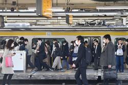 緊急事態宣言が出されて初めての日の朝、電車で通勤する多くの人たち=東京都中野区で2020年4月8日午前8時3分、大西岳彦撮影