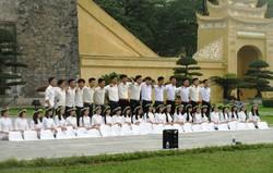 世界遺産のタンロン遺跡で記念撮影する学生たち(写真は筆者撮影)