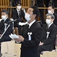 熊本地震犠牲者追悼式で遺族代表の言葉を述べる内村勝紀さん。右は蒲島郁夫・熊本県知事=熊本市中央区で2020年4月14日午前(代表撮影)