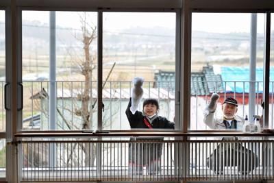 避難所の移転のため、今までいた中学校の教室を掃除する人たち。25日から始まる新学期で教室を使うため、武道場などへ移るように町側が求めていた=宮城県山元町の町立山下中学校で2011年4月19日午後1時37分、久保玲撮影
